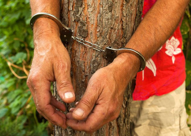 3b-man-handcuffed-to-tree_26136445_small